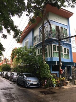 ขายบ้านทาวน์โฮม ห้องมุม 4 ชั้น ในซอยลาดพร้าว 80 แยก 26 บ้านตรงข้ามสวนหย่อมวิวสวย
