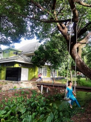 ขายด่วน บ้านพร้อมที่ดิน 368 ตารางวา บ้าน 2 ชั้น 2 ห้องนอน และโฮมออฟฟิศ ท่ามกลางสวนสวย ใกล้ทางด่วนศรีรัตน์ และรถไฟฟ้าสายสีแดง