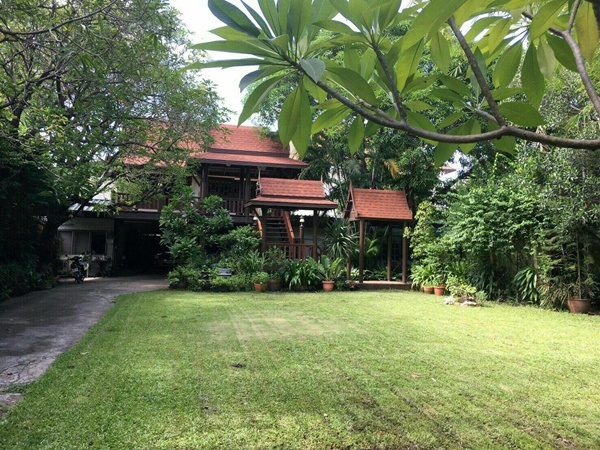 ขายบ้านเรือนไทยโบราณพร้อมที่ดินและเรือนไทยประยุกต์กับบ้านอีก 5หลัง รวมทั้งหมด 7 หลัง